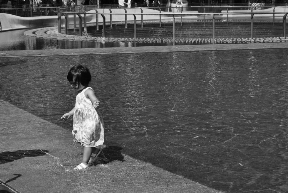 street photography bambina bianco e nero