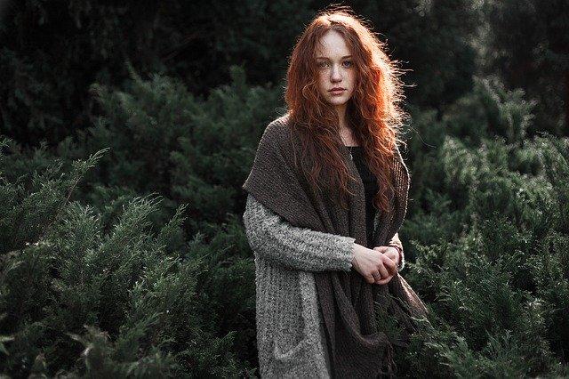 foto ritratto ragazza dai capelli rossi