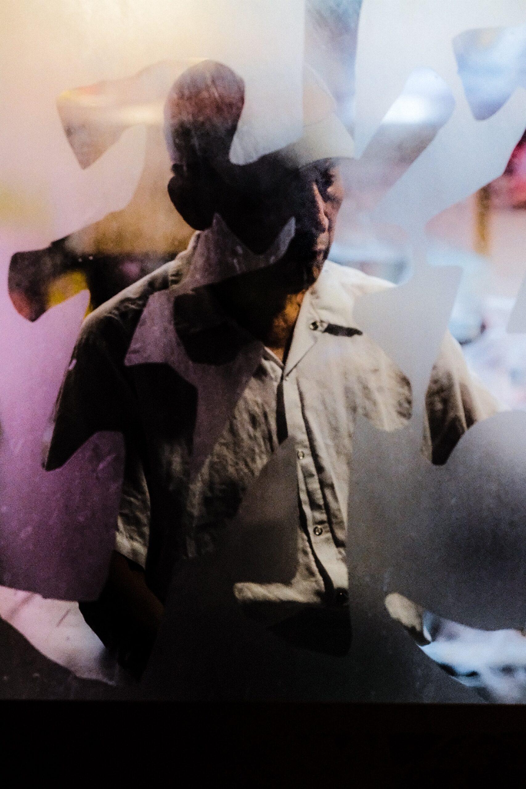 street photography uomo attraverso vetrina