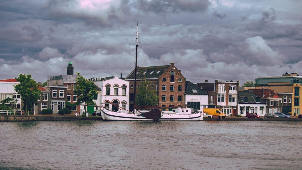 delft paesi bassi city landscape dark clouds