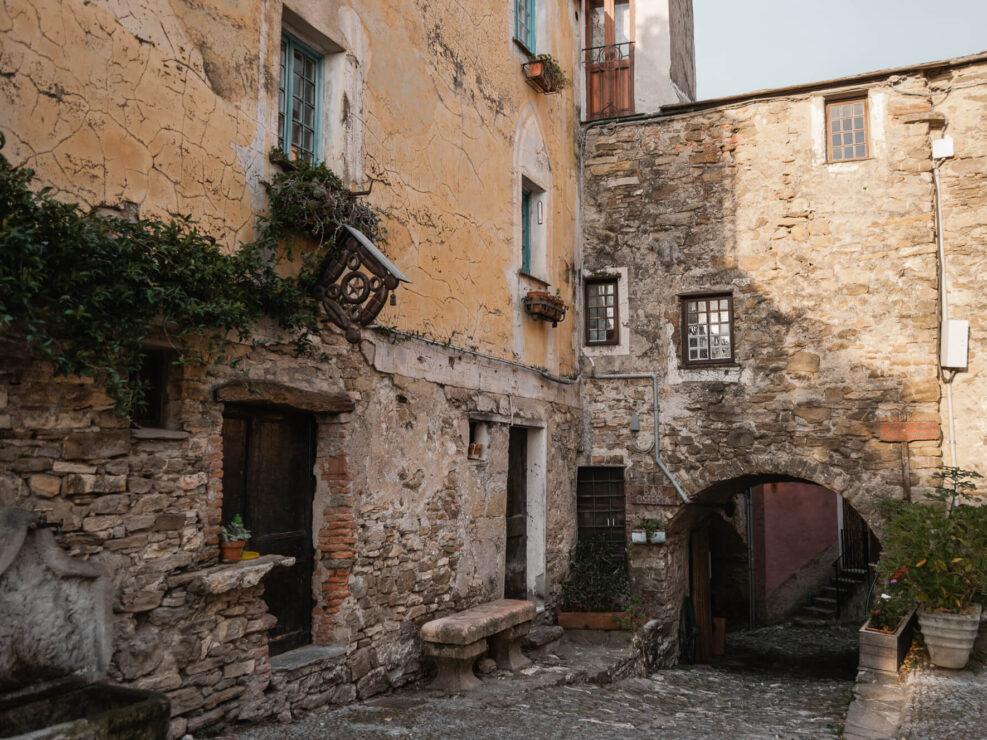 colla micheri fotografia di viaggio borgo italiano
