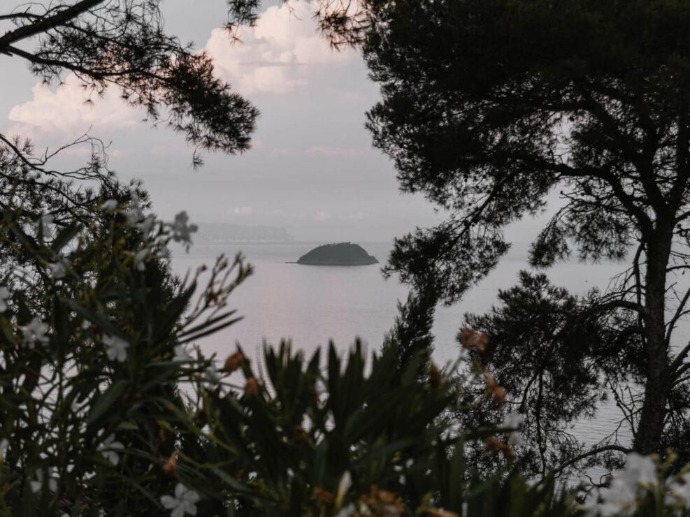 colla micheri fotografia paesaggio isola in mare