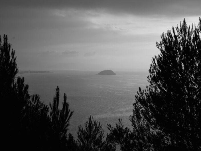 colla micheri fotografia paesaggio alba bianco e nero isola