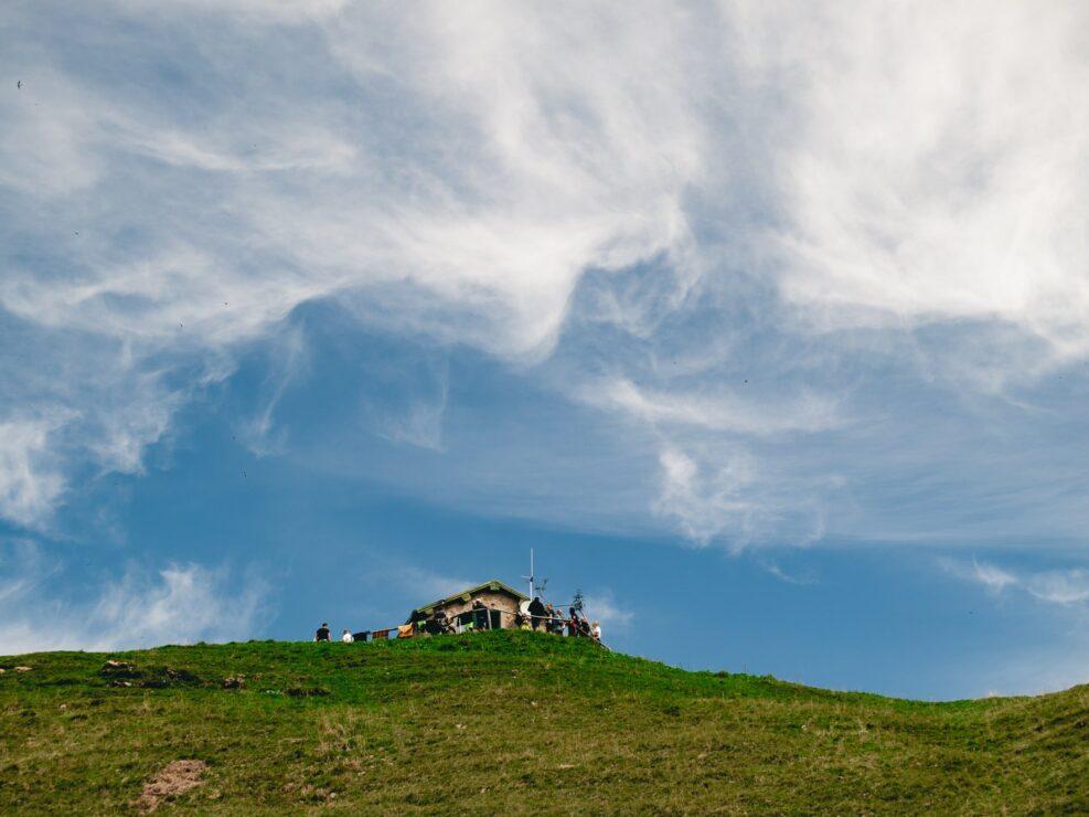fotografia sentiero casere montagna baita cielo azzurro