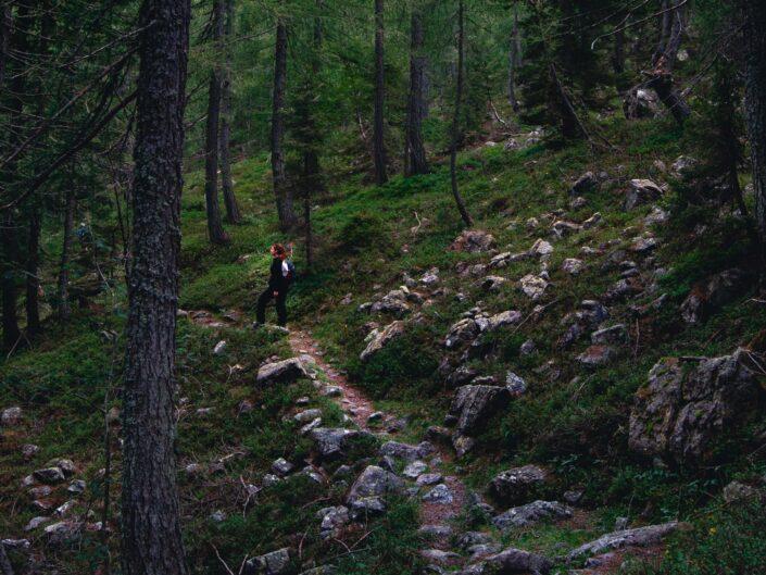 fotografia sentiero casere montagna boschi ragazza
