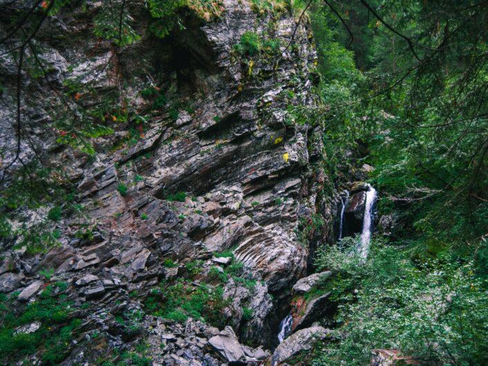 fotografia sentiero casere montagna boschi ruscello