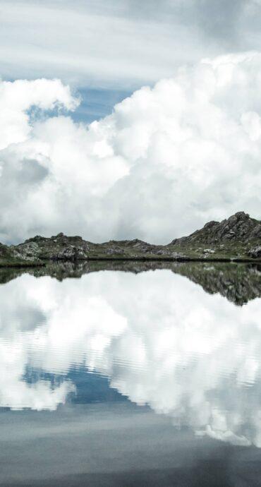 riflesso nuvole lago montagna